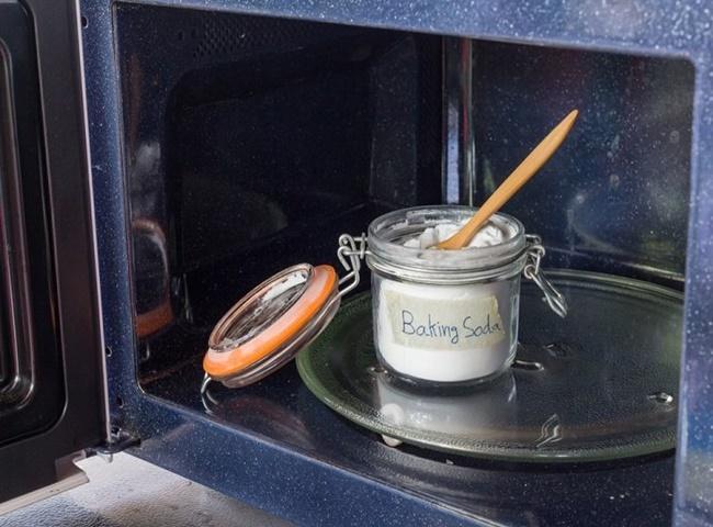Baking soda và giấm sẽ giúp làm sạch lò nướng hiệu quả