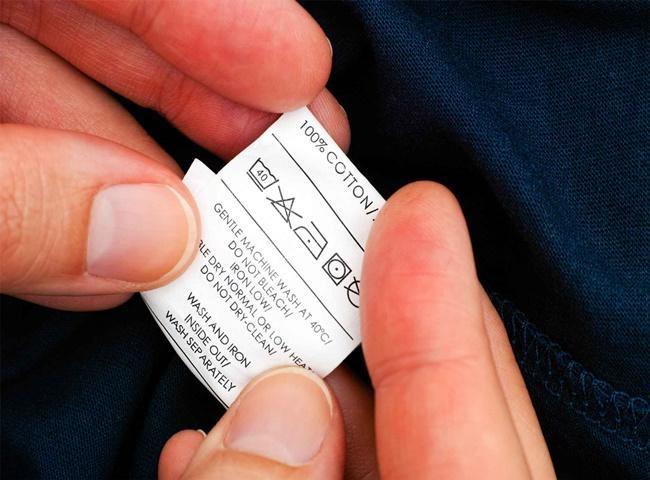 Kiểm tra tag trước khi khử mùi quần áo hàng thùng