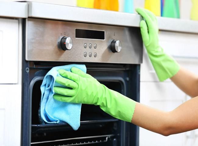 Găng tay và khăn lau là vật dụng cần thiết để vệ sinh lò nướng