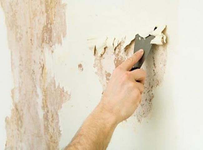 Xử lý sơn tường bị ố vàng bằng cách dóc tường trát lại